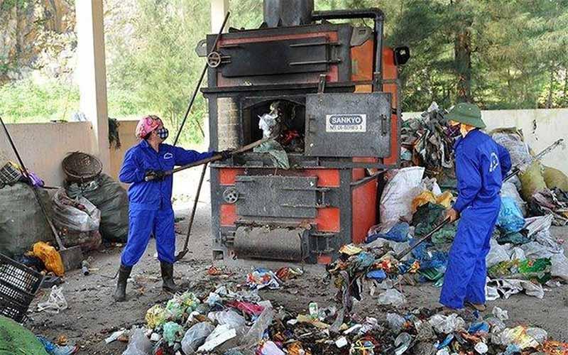 Người dân chưa có thói quen phân loại rác thải từ đầu nguồn khiến cho việc xử lý và tái chế rác thải nhựa thêm khó khăn. (Nguồn ảnh: Báo mới)