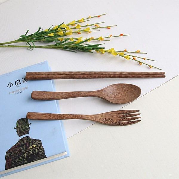 Sử dụng đũa thìa dĩa bằng gỗ, inox, sứ để hạn chế rác thải nhựa