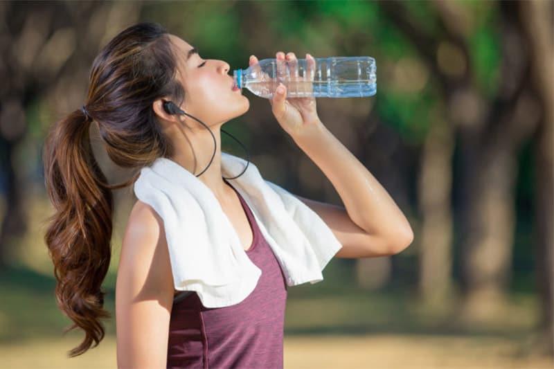 Tái sử dụng chai nhựa để đựng nước uống nhiều lần tiềm ẩn rất nhiều nguy cơ. (Nguồn ảnh: Hellobacsi.com)