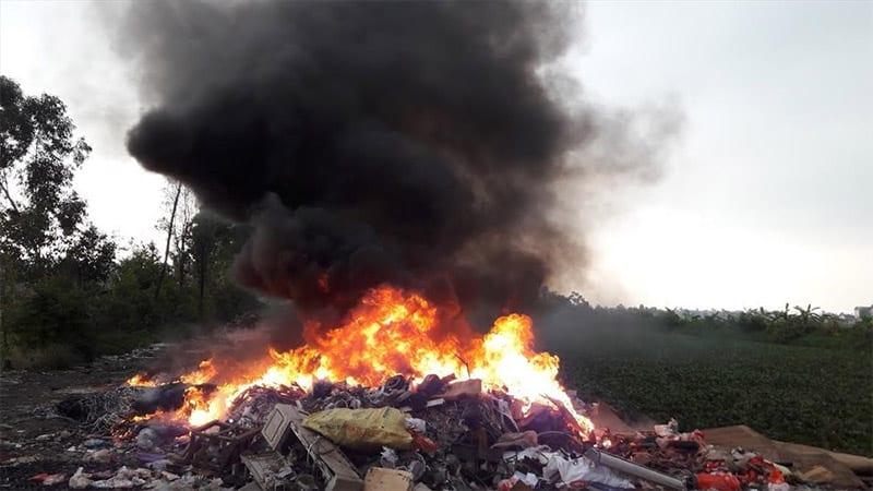 Khi đốt, rác thải nhựa có thể sinh ra chất độc đi-ô-xin gây hại cho sức khỏe con người. (Nguồn ảnh: Báo lao động)