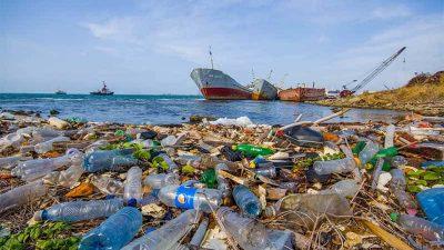 Rác thải nhựa gây ảnh hưởng nghiêm trọng đến ngành công nghiệp đánh bắt cá, nuôi trồng thủy hải sản của con người. (Nguồn ảnh: Earth.com)