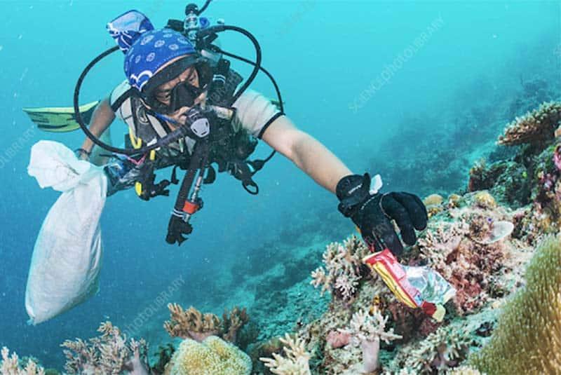 Rác thải nhựa không chỉ trôi nổi trên mặt nước mà còn nằm rất nhiều ở dưới đáy đại dương. (Nguồn ảnh: sciencephoto.com)