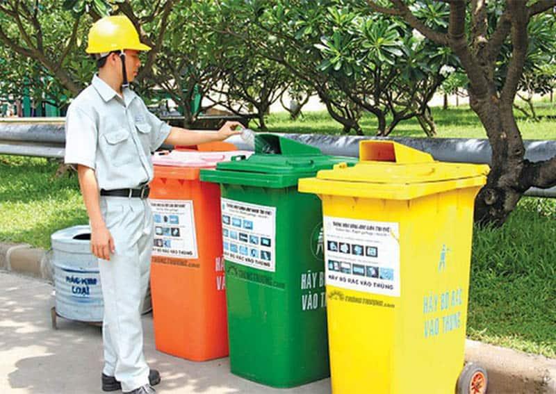 Các thùng rác phân loại tại các khu vực công cộng giúp việc thu gom rác thải nhựa đơn giản hơn