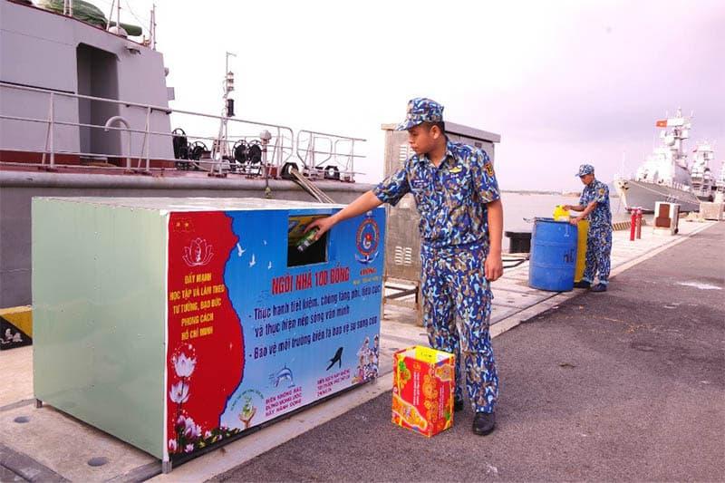 Cán bộ và chiến sĩ của Lữ đoàn 167, Vùng 2 Hải quân tham gia tích cực vào phong trào phân loại, thu gom rác thải nhựa