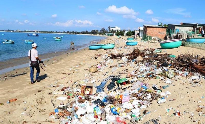 Việt Nam đứng thứ 4 trong số các nước trên thế giới có lượng rác thải nhựa đổ ra biển lớn với 0,28 – 0,73 triệu tấn/năm. (Nguồn ảnh: Báo mới)