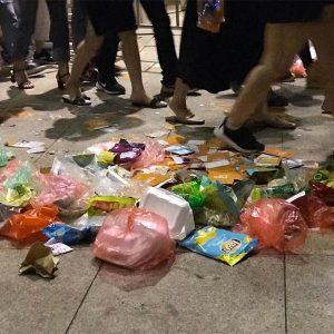 Sau mỗi đêm ca nhạc, lễ hội lượng rác thải nhựa bị để lại nhiều vô số làm cho thực trạng rác thải nhựa ở Việt Nam càng thêm trầm trọng (Nguồn: nguoiduatin.vn)