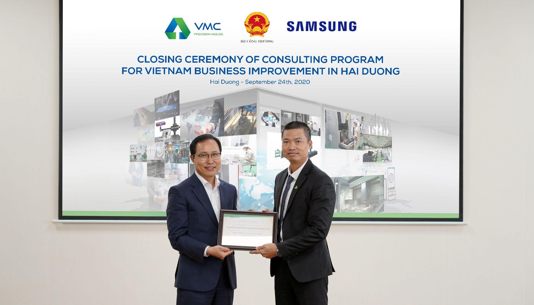 Ông Choi Joo Ho- Tổng Giám đốc Samsung Việt Nam trao Chứng nhận Hoàn thành chương trình cải tiến cho ông Mẫn Chí Trung - Lãnh đạo VMC