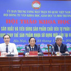 Thạc sĩ Phùng Khánh Tài (ngoài cùng bên trái), Giáo sư Nguyễn Lân Dũng (ở giữa) và Tiến sĩ Nguyễn Linh Ngọc - Hội đồng tư vấn Khoa học, Giáo dục và Môi trường