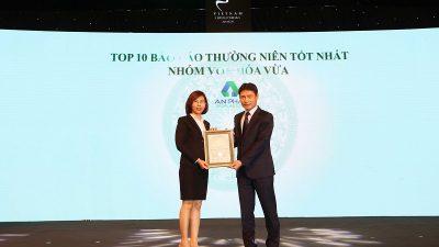 Bà Nguyễn Thị Tiện – Phó Tổng Giám đốc Nội chính Tập đoàn An Phát Holdings thay mặt AAA nhận Giải thưởng