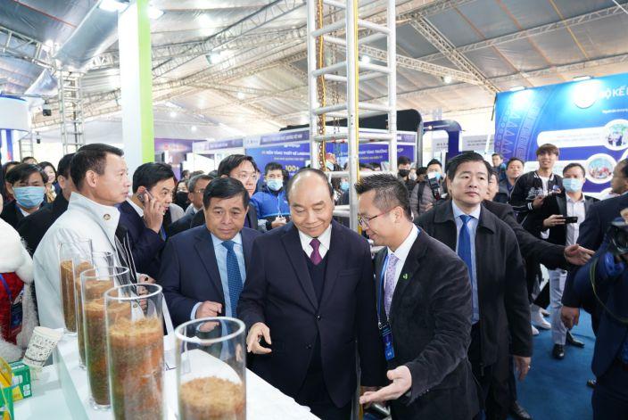 Ông Đinh Xuân Cường - Phó Chủ tịch, Tổng giám đốc APH tiếp đón Thủ tướng Nguyễn Xuân Phúc tại gian hàng
