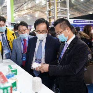 Ông Đinh Xuân Cường – Phó Chủ tịch, Tổng giám đốc APH tiếp đón Tổng giám đốc Samsung Việt Nam tại gian hàng