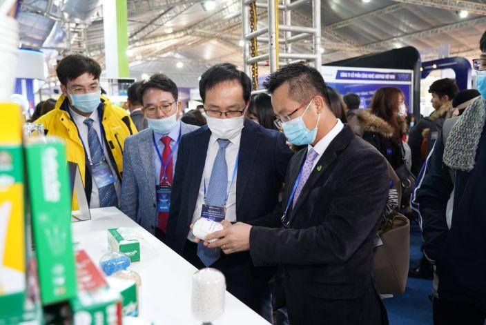 Ông Đinh Xuân Cường - Phó Chủ tịch, Tổng giám đốc APH tiếp đón Tổng giám đốc Samsung Việt Nam tại gian hàng