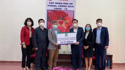 Ông Lê Văn Cần - Phó Chủ tịch UB MTTQ Việt Nam tỉnh Hải Dương (thứ 3 bên trái) nhận 10 tỷ đồng hỗ trợ từ ông Phạm Văn Tuấn - Q. Phó Tổng Giám đốc