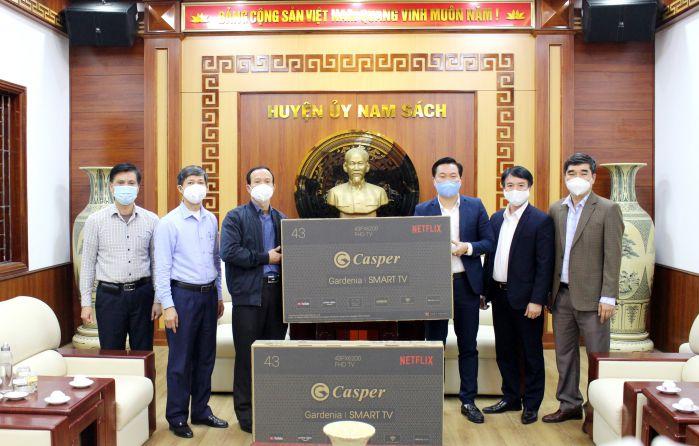 Ông Phạm Văn Tuấn - Q.Phó Tổng Giám đốc An Phát Holdings (thứ 3 bên phải) trao quà tặng cho chính quyền huyện Nam Sách