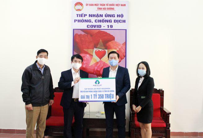 Ông Nguyễn Đức Tuấn - Chủ tịch UB MTTQ tỉnh Hải Dương (thứ 2 bên trái) nhận quà ủng hộ từ ông Phạm Văn Tuấn- Q.Phó Tổng Giám đốc An Phát Holdings (thứ 2 bên phải)