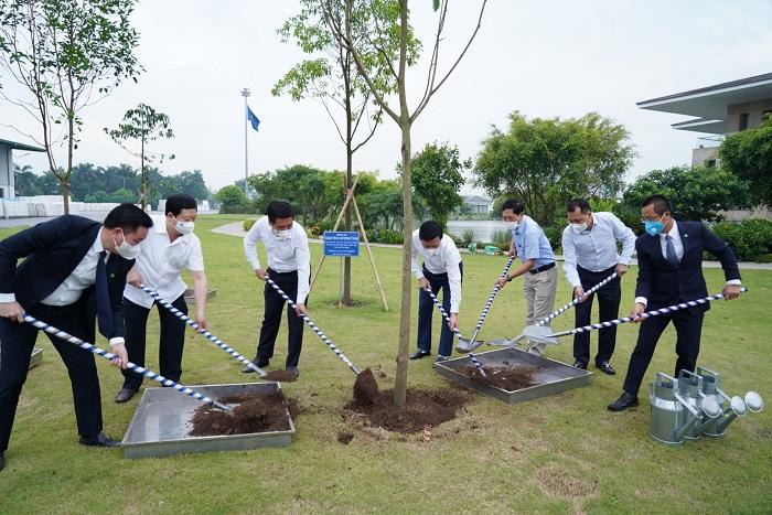 Đoàn Lãnh đạo Bộ, tỉnh & Ban lãnh đạo APH trồng cây lưu niệm tại nhà máy An Phát Bioplastics