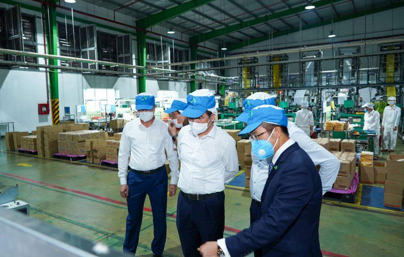 Phó Chủ tịch, Tổng Giám đốc Đinh Xuân Cường giới thiệu nhà máy