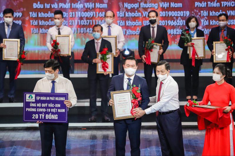 Đại diện BLĐ Tập đoàn An Phát Holdings, ông Phạm Văn Tuấn - Quyền Phó TGĐ Tập đoàn (thứ 2 bên trái) nhận hoa và chứng nhận đóng góp 20 tỷ đồng