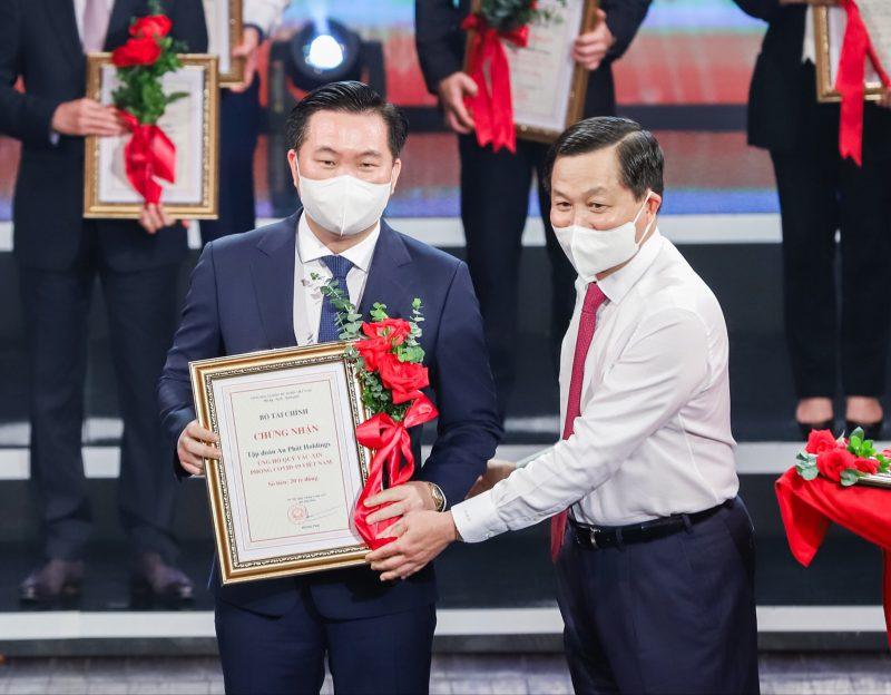 Phó Thủ tướng Chính Phủ Lê Minh Khái (bên phải) trao chứng nhận cho Ông Phạm Văn Tuấn - Quyền Phó TGĐ Tập đoàn An Phát Holdings (bên trái)