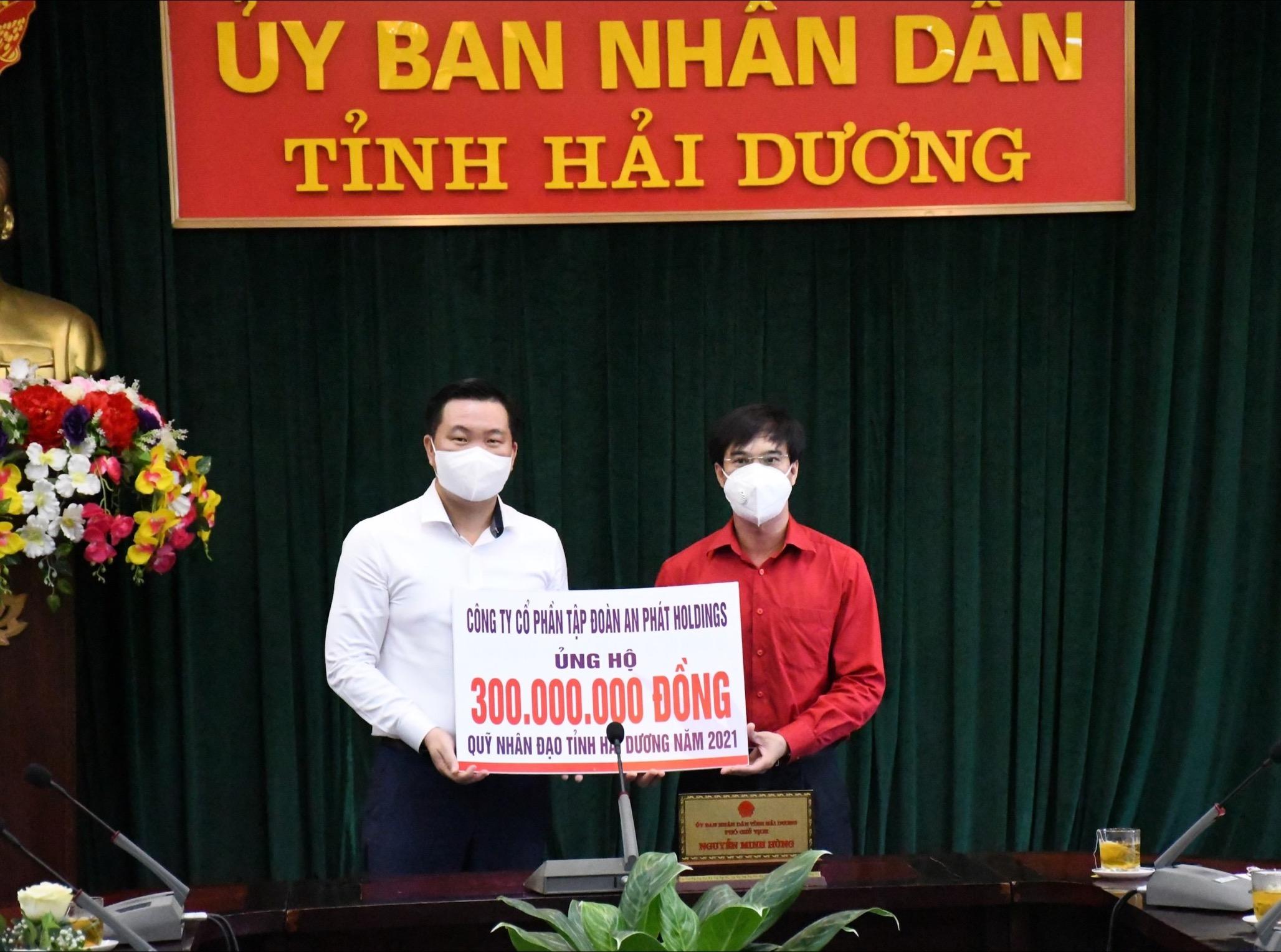 Ông Phạm Văn Tuấn – Phó Tổng Giám đốc Tập đoàn An Phát Holdings trao 300 triệu đồng ủng hộ Quỹ nhân đạo tỉnh.