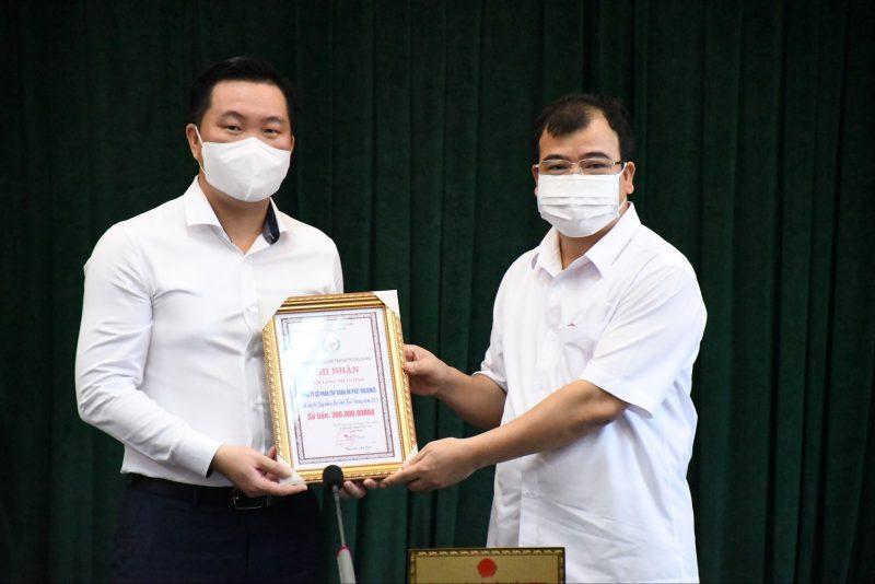 Đại diện Lãnh đạo tỉnh Hải Dương trao ghi nhận đóng góp của Tập đoàn.