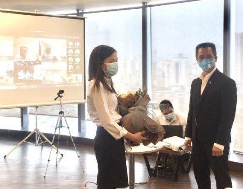 Ông Đinh Xuân Cường – Phó Chủ tịch, TGĐ Tập đoàn tặng hoa chúc mừng An Thành Bicsol, bà Đào Thị Bích – P.TGĐ thường trực, đại diện Công ty nhận hoa chúc mừng.